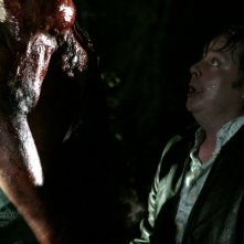 Shapiro (Joel Murray) si trova di fronte a Victor Crowley (Kane Hodder) nell'horror Hatchet