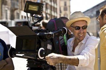 Il regista Gabriele Salvatores sul set del suo film Happy Family