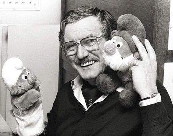 Peyo (Pierre Culliford) con i Puffi, da lui creati.