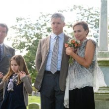 Pierce Brosnan, Ruby Jerins, Gregory Jbara e Lena Olin al cimitero nel film Remember Me