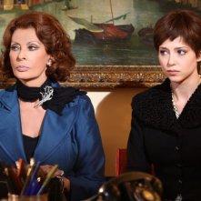 Sophia Loren e Xhilda Lapardhaja in una scena della fiction La mia casa è piena di specchi
