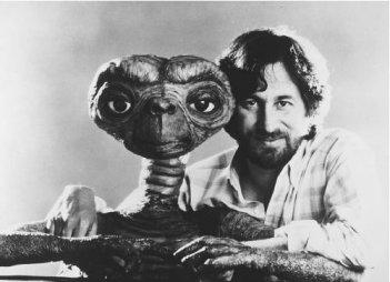 Steven Spielberg accanto a ET, l'extraterrestre