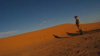 Un'immagine dello spettacolare deserto di Nassiriya dal film Venti sigarette