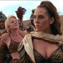 """Adrienne Wilkinson e Renee O\'Connor in una scena nell\'episodio \""""Livia\"""" del telefilm \""""Xena\"""""""
