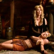 "Alexandra Tydings e Renee O\'Connor in una scena del telefilm ""Xena\"", nell\'episodio \""Motherhood\"""
