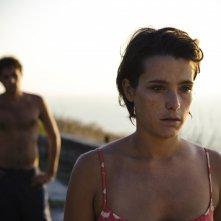Dario Castiglio e Martina Codecasa in una sequenza del film Sul mare di Alessandro D'Alatri