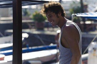 Dario Castiglio nella versione invernale di Salvatore, protagonista di Sul mare