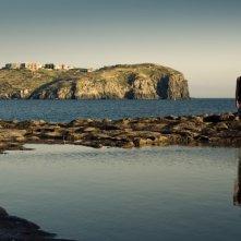 Dario Castiglio sullo sfondo della bella Ventotene in una scena del film Sul mare