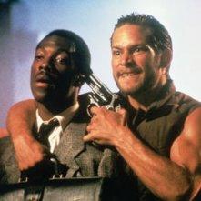 James Remar e Eddie Murphy in una scena di 48 Ore