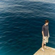 Salvatore (Dario Castiglio) e il suo amato mare in un'immagine del film Sul mare