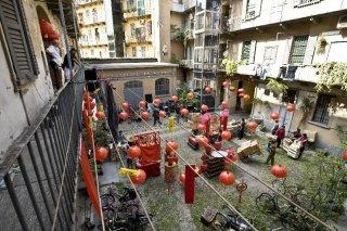 Un'immagine della Chinatown condominiale tratta dalla commedia Happy Family