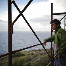 Un pensieroso Dario Castiglio nel film Sul mare di Alessandro D'Alatri