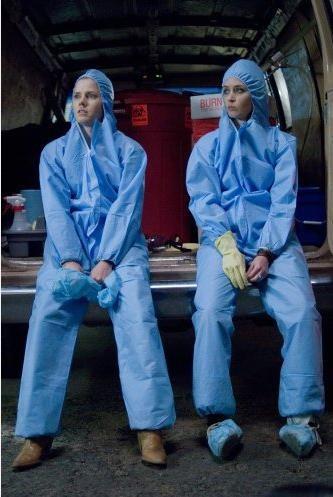 Un'immagine divertente di Amy Adams ed Emily Blunt dal film Sunshine Cleaning