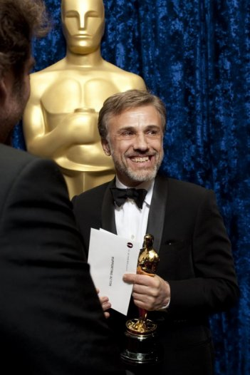 Oscar 2010, Christoph Waltz con l'Oscar ricevuto per Bastardi senza gloria.