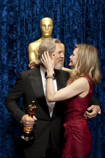 Oscar 2010, Jeff Bridges, con l'Oscar ricevuto per 'Crazy Heart' e la sua 'madrina' Michelle Pfeiffer.