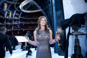 Oscar 2010, Kathryn Bigelow con l'Oscar ricevuto perThe Hurt Locker.