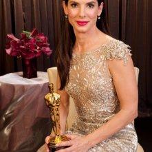 Sandra Bullock con l'Oscar ricevuto per la sua interpretazione in The Blind Side.