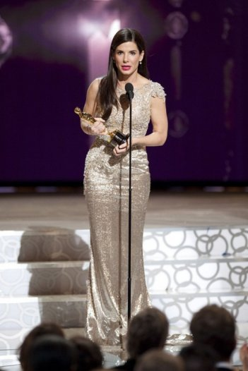 Sandra Bullock riceve l'Oscar per la sua interpretazione in The Blind Side.