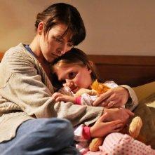 Abbey Tyler (Milla Jovovich) e Ashley (Mia McKenna-Bruce) ne Il Quarto Tipo