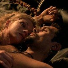 Jenya Lano e Kevin Smith in una scena di Xena nell\'episodio Succession