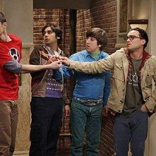 Johnny Galecki, Simon Helberg, Kunal Nayyar e Jim Parsons nell'episodio The Precious Fragmentation di The Big Bang Theory