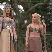 Kathryn Morris e Renee O\'Connor in una scena di Xena nell\'episodio Crusader