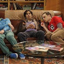 Simon Helberg, Kunal Nayyar e Jim Parsons nell'episodio The Precious Fragmentation di The Big Bang Theory