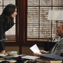 Hugh Laurie e Lisa Edelstein in una scena di 5 to 9 tratta dalla sesta stagione di Dr. House: Medical Division