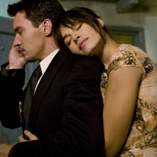 Jonathan Rhys Meyers e Kasia Smutniak in un'immagine del film From Paris with Love