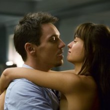 Jonathan Rhys Meyers e Kasia Smutniak in una sequenza del film From Paris with Love
