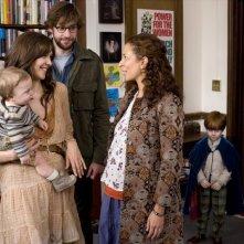Maggie Gyllenhaal, Maya Rudolph e John Krasinski in un'immagine del film Away We Go