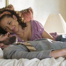 Maya Rudolph e John Krasinski in un'immagine romantica del film Away We Go