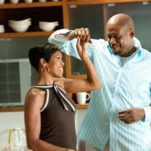 Regina King e Forest Whitaker in una scena della commedia Our Family Wedding