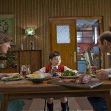 Valérie Lemercier, Maxime Godart e Kad Merad in un'immagine della commedia Il piccolo Nicolas e i suoi genitori