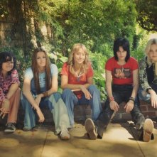 Alia Shawkat (Robin), Scout Taylor-Compton (Lita Ford), Stella Maeve (Sandy West), Kristen Stewart (Joan Jett) e Dakota Fanning (Cherie Currie) in The Runaways