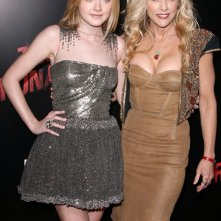 Dakota Fanning con la 'vera' Cherie Currie  alla premiere del film The Runaways a Los Angeles, Marzo 2010