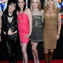 Una foto di gruppo per la premiere del film The Runaways a Los Angeles, Marzo 2010
