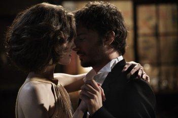 Ana Caterina Morariu e Nicolas Vaporidis in una scena romantica di Tutto l'amore del mondo