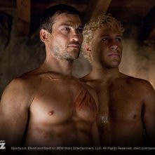 Andy Whitfield e Jai Courtney nella serie Spartacus: Blood and Sand