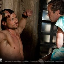 Andy Whitfield e John Hannah nell'episodio Great and Unfortunate Things della serie Spartacus: Blood and Sand