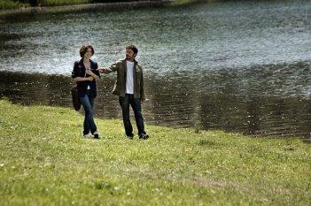 Anna (Ana Caterina Morariu) e Matteo (Nicolas Vaporidis) passeggiano a Loch Ness in Tutto l'amore del mondo