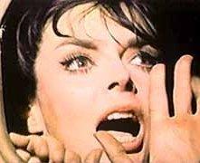 Barbara Steele in una scena drammatica del film L'orribile segreto del dottor Hichcock (1962)