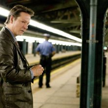 Chris Cooper in stazione nel film Remember Me
