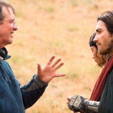 Jake Gyllenhaal e Gemma Arterton ascoltano il regista Mike Newell sul set di Prince of Persia: Le Sabbie del Tempo