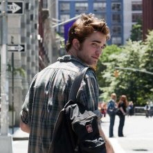 Tyler (Robert Pattinson) di spalle in un momento nel film Remember Me