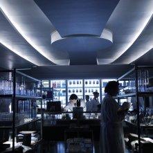 Una scena in laboratorio del film Daybreakers con Ethan Hawke