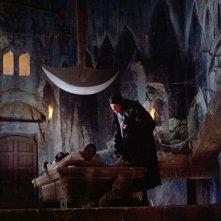 Vincent Price e John Kerr in una scena del film Il pozzo e il pendolo ( 1961 )