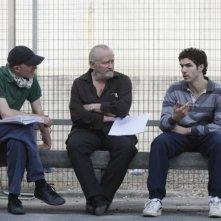 Il regista Jacques Audiard insieme a Niels Arestrup e Tahar Rahim sul set del film Il profeta (2009)