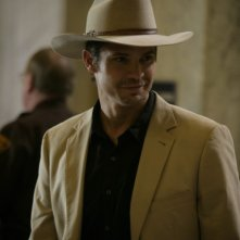 Justified: Timothy Olyphant in una scena della premiere Fire in the Hole