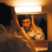 Malik El Djebena (Tahar Rahim) in un momento di confronto speculare nel film Il profeta (2009)
